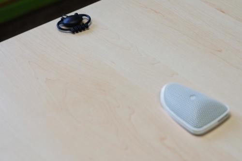 Mikrofon i słuchawka w niebieskiej sali przesłuchań